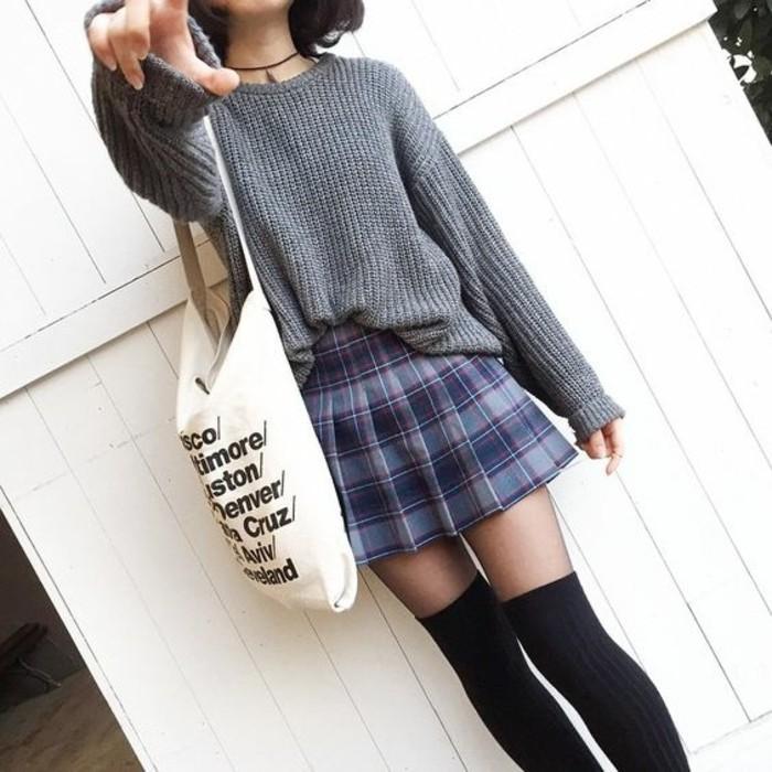 large-pull-en-grosse-maille-jupe-a-carreaux-chaussettes-montantes-bleu-marine