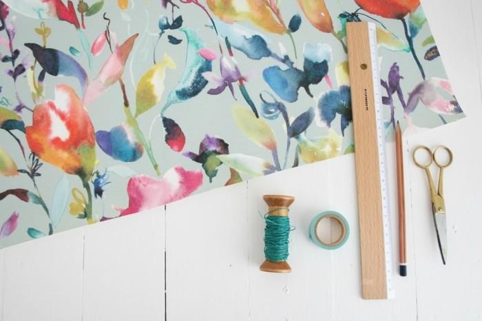 le-materiel-necessaire-pour-fabriquer-un-abat-jour-papier-peint-crayon-regle-ciseaux-ruban-adhesif-ficelle