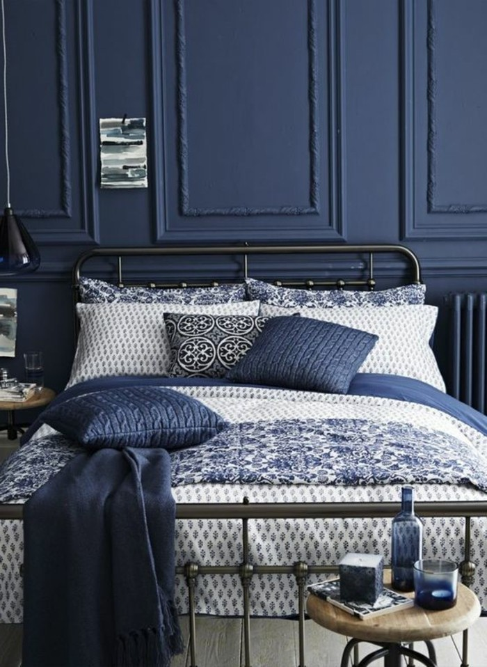 lit-en-fer-forge-couverture-de-lit-blanche-bleu-sol-en-parquet-bois-naturel-couverture-de-lit-bleu
