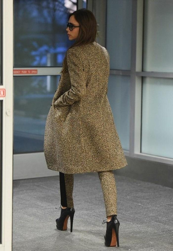 long-manteau-cintre-femme-des-pantalons-en-tweed-chaussures-a-hauts-talons