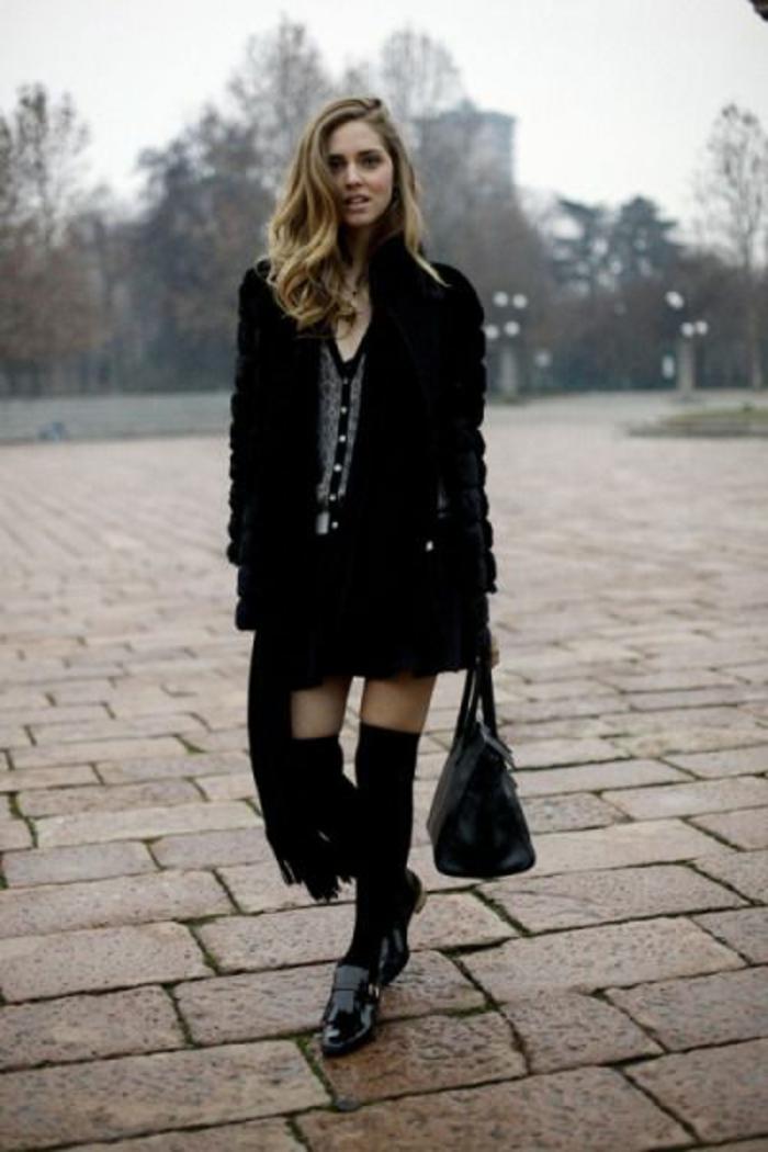 look-noir-chaussettes-hautes-portees-avec-robe-tendance-hiver