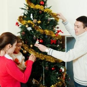 Le sapin de Noël décoré - comment créer la meilleure décoration