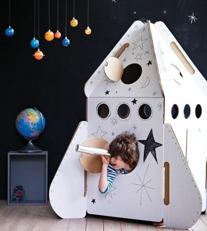 maisonnnette-fusee-en-carton-pour-les-petits-amateurs-de-l-astronomie-projet-pour-construire-une-cabane-enfant-a-but-educatif