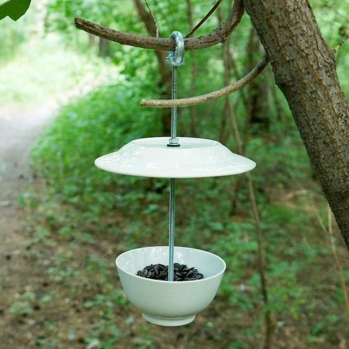 mangeoire-pour-oiseaux-construire-en-utilisant-platte-et-bol
