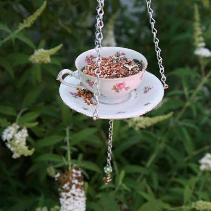 mangeoire-pour-oiseaux-service-transforme-tasse-et-soucoupe-en-motifs-floraux