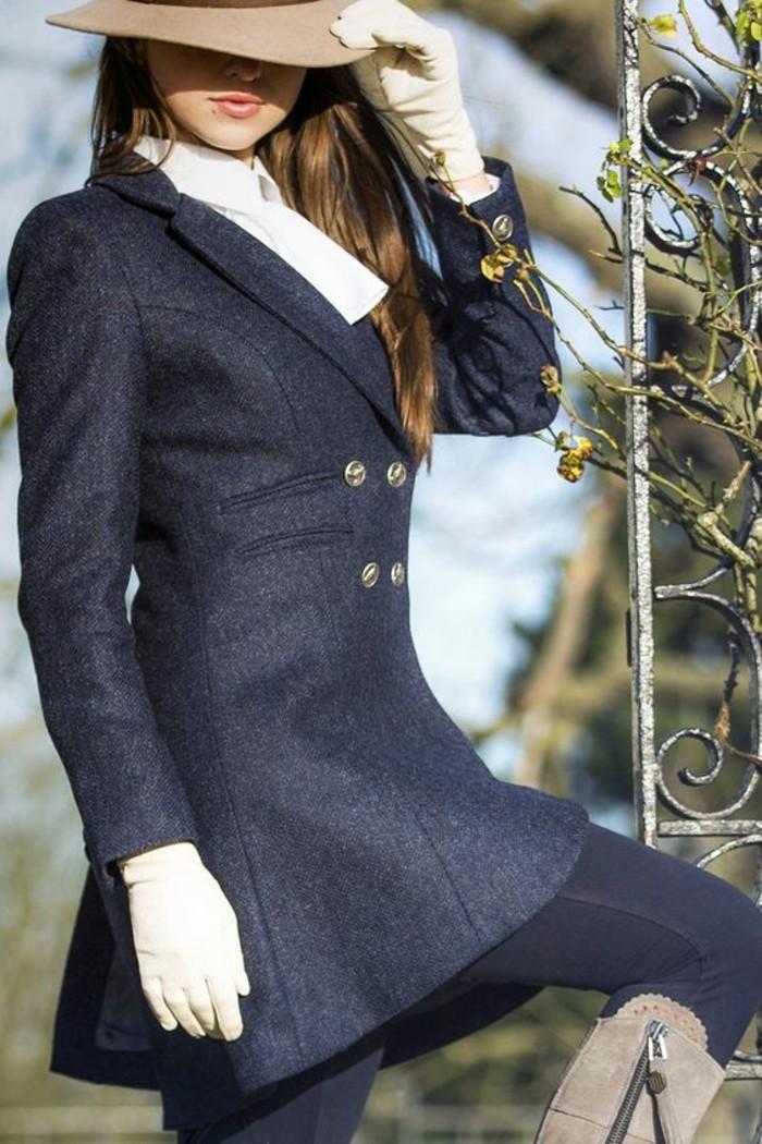 manteau-cintre-femme-modele-elegant-et-chic-chapeau-a-longs-bords
