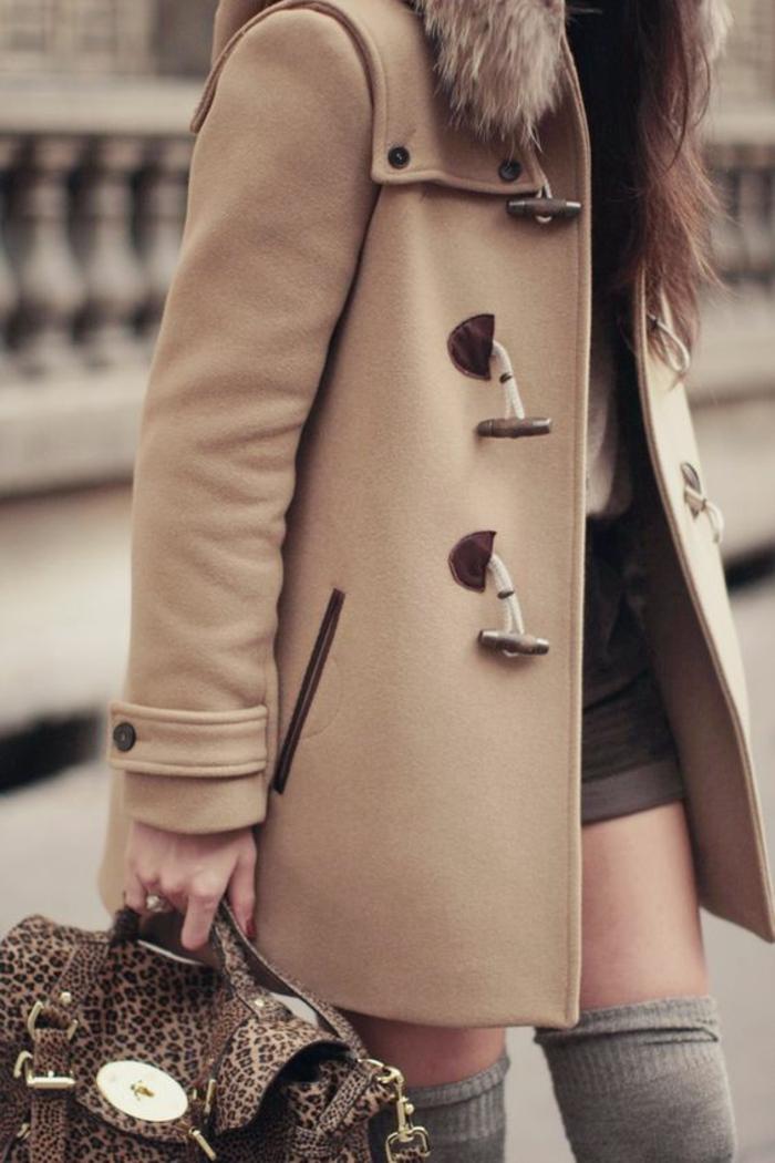 manteau-couleur-camel-col-en-fourrure-jambiere-beihe
