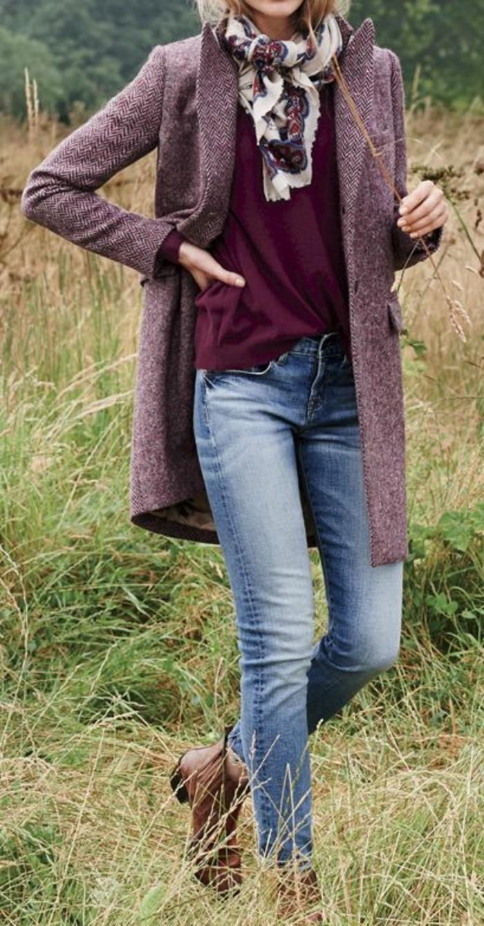 manteau-droit-femme-couleur-aubergine-echarpe-imprimee