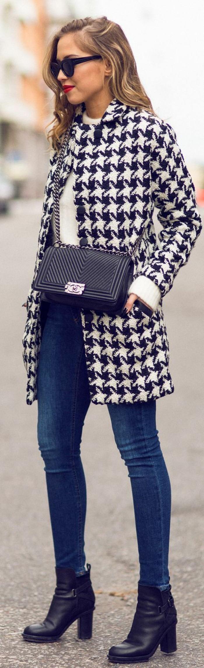 manteau-droit-femme-tenue-elegante-jean-slim-et-bottines-en-cuir
