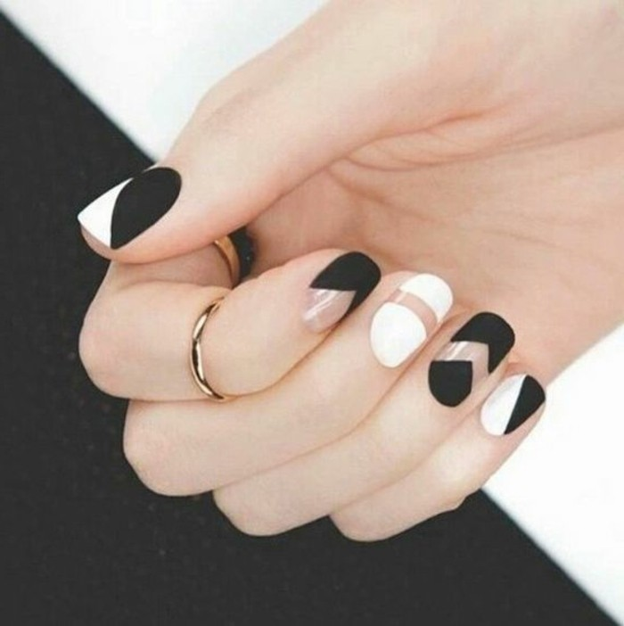 manucure-facile-en-noir-et-blanc-formes-geometriques-bijoux-or