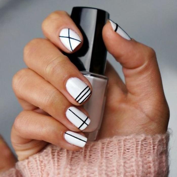 manucure-maison-bandes-faciles-a-dessiner-ongles-blancs-et-noirs