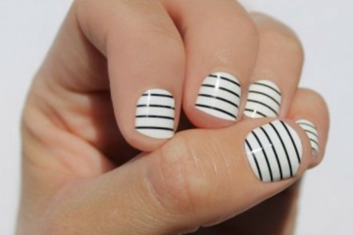 manucure-maison-ongles-courts-blancs-en-bandes-noires