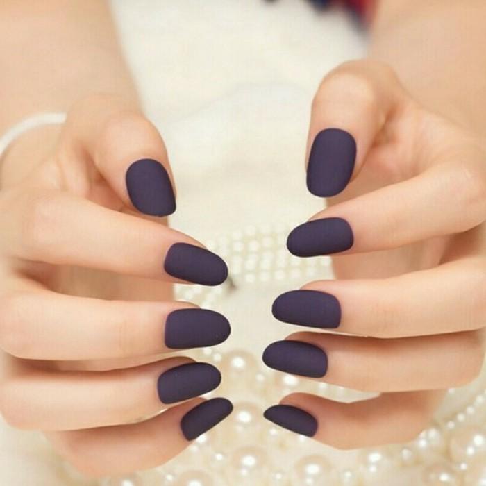 manucure-maison-ongles-longs-en-violet-fonce-mat