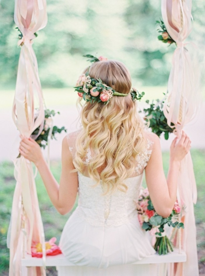 mariee-boheme-balancoire-decore-en-voiles-rubans-et-fleurs