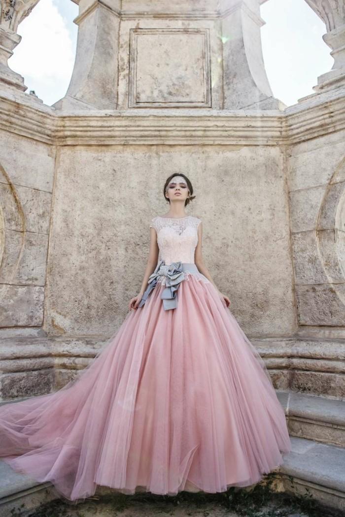 mariee-boheme-robe-extravagante-en-rose-beaute-feminine