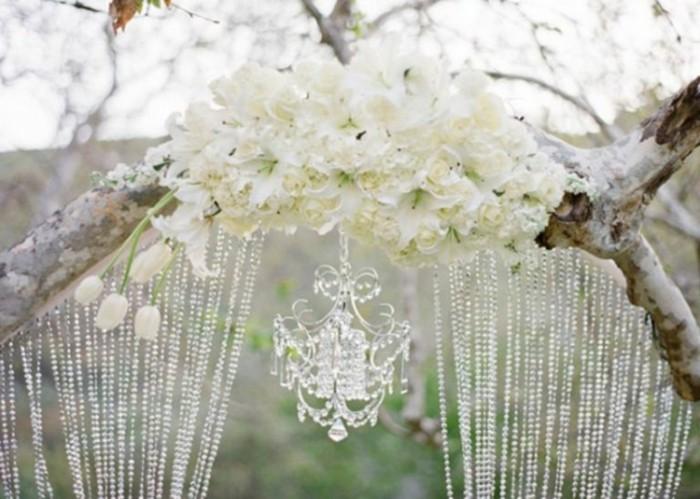 mariage-retro-chic-arc-naturel-de-fleurs-lustre-en-cristaux