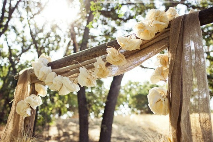 mariage-retro-chic-decoration-dans-la-nature-guirlande-en-fleurs-en-papier