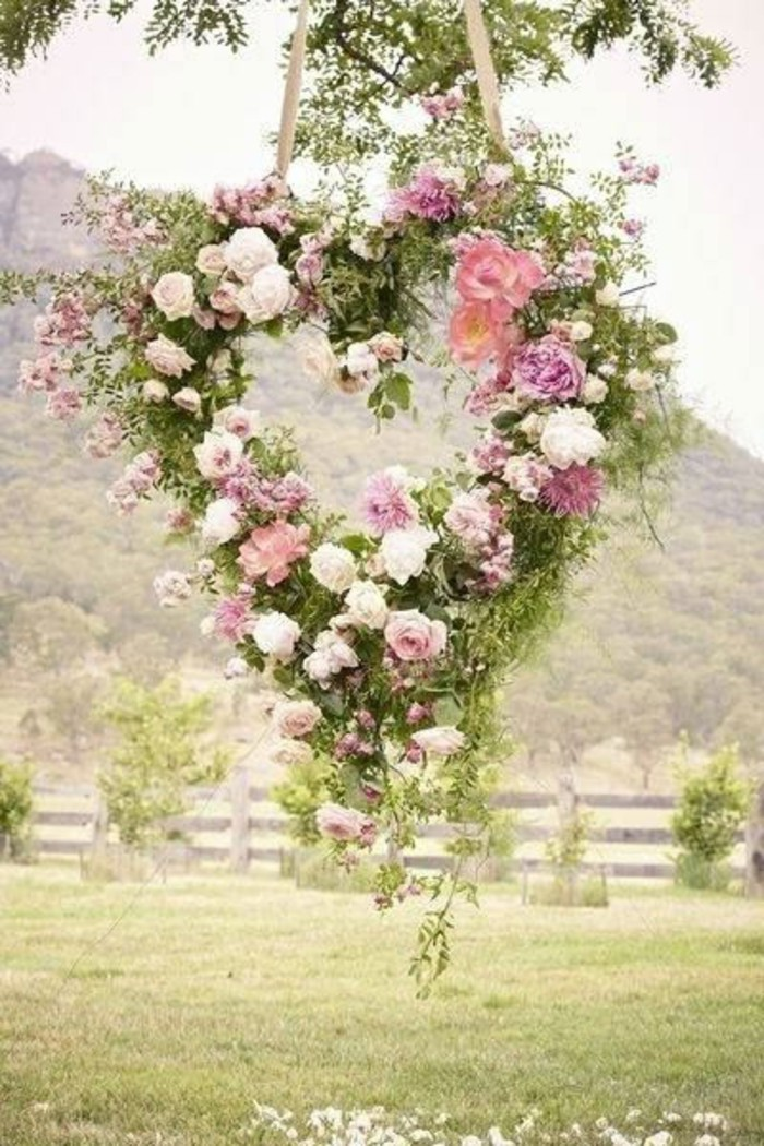 mariage-retro-chic-guirlande-coeur-en-fleurs-dans-la-nature