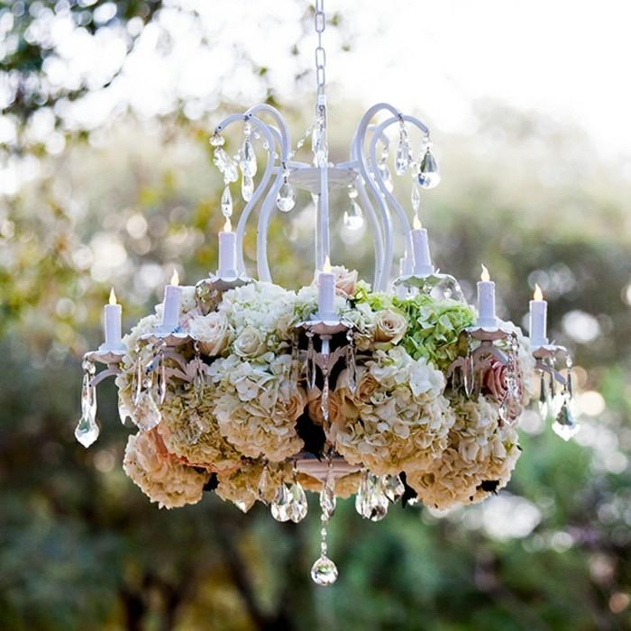 mariage-retro-chic-lustre-en-cristaux-et-fleurs