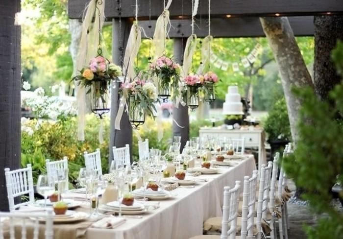 mariage-retro-chic-table-deco-chaises-en-bois-nature-plantes