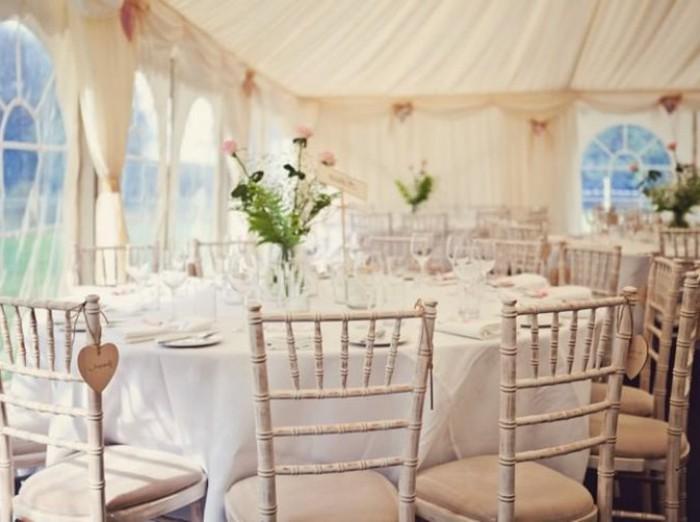 mariage-shabby-chic-chaises-en-bois-blancheur-bouquets