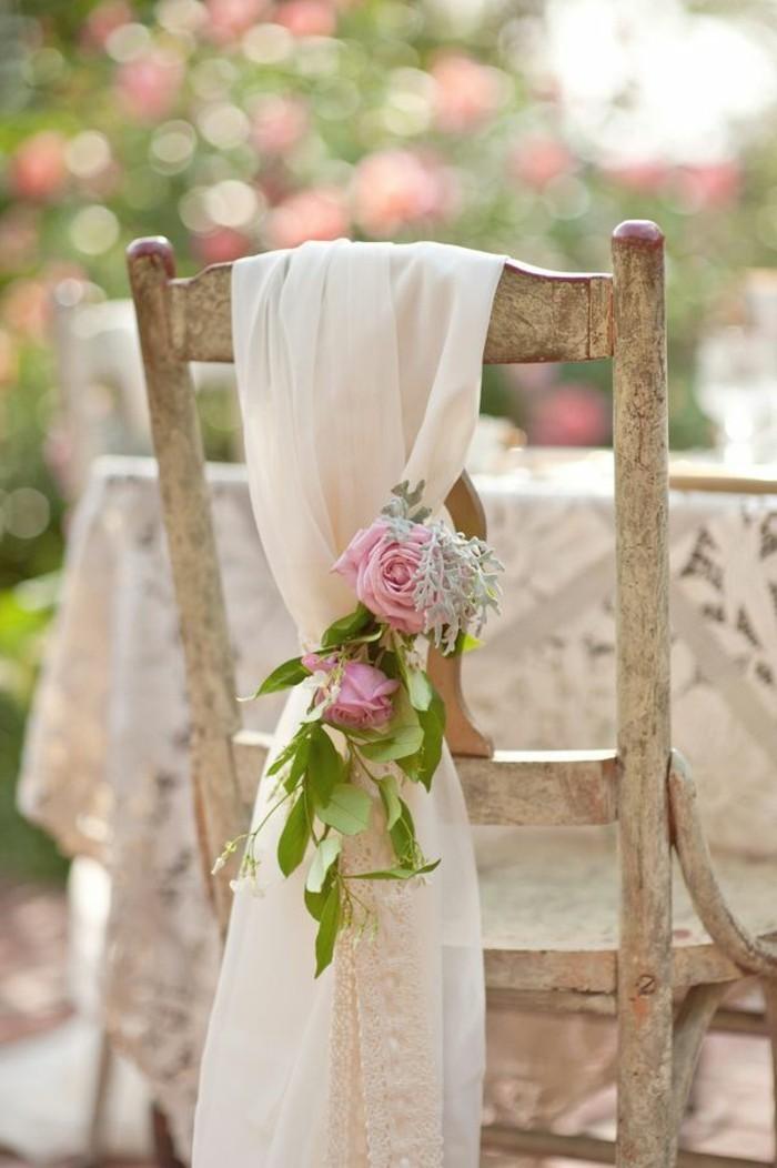 mariage-shabby-chic-decoration-chaises-en-bois-ruban-en-voile-roses