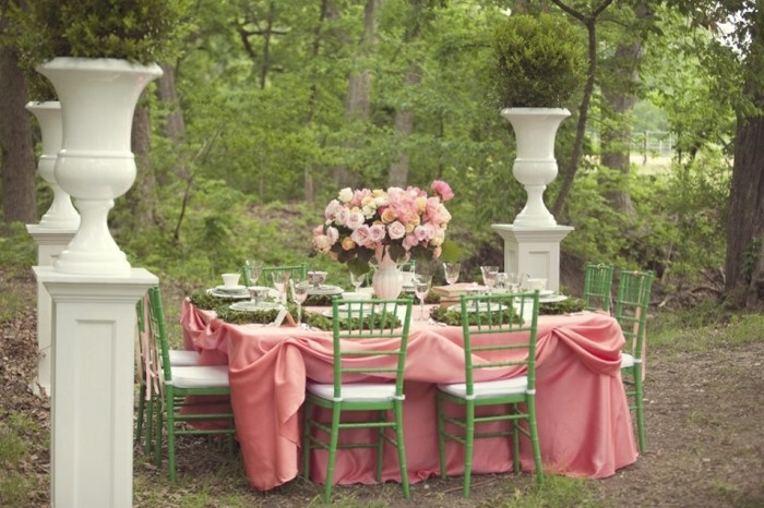 mariage-shabby-chic-dans-la-nature-chaises-vertes-nappe-rose
