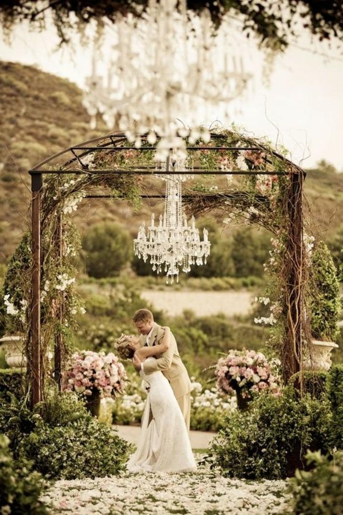 mariage-shabby-chic-lustre-en-cristaux-fleurs-nature-roses
