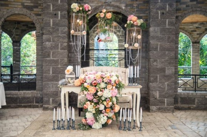 mariage-shabby-chic-piano-lustres-bougeoirs-fleurs