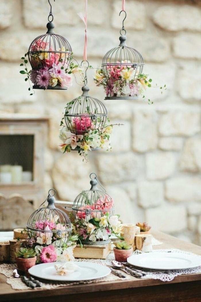 mariage-vintage-cages-a-oiseaux-fleurs-assiettes-table-en-bois