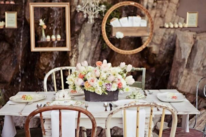 mariage-vintage-table-en-bois-chaises-anciens-cadre-photos