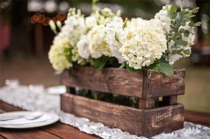 mariage-vintage-vase-en-bois-fleurs-blanches-et-fraiches