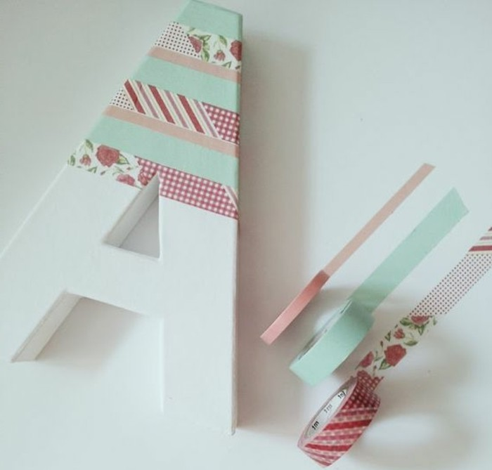 masking-tape-idees-suggestion-geniale-pour-une-monogramme-a-decorer-avec-du-scotch-decoratif-a-motifs-divers