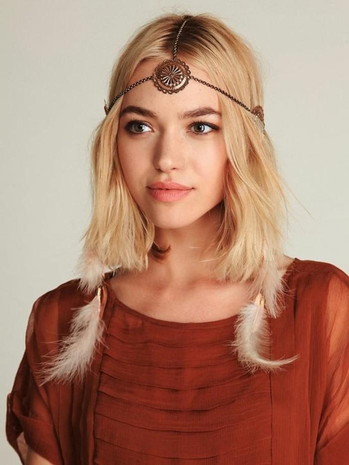 meche-plume-chemise-marron-cheveux-blond