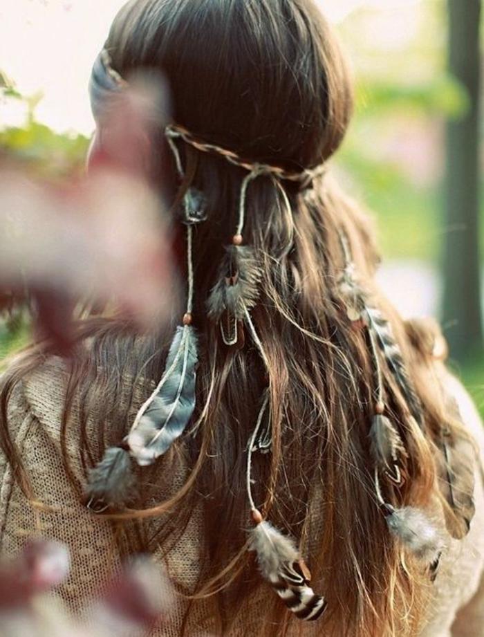 meche-plume-gilet-en-beige-cheveux-brunes