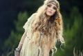 La plume dans les cheveux – un accessoire pour les femmes sauvages et libres