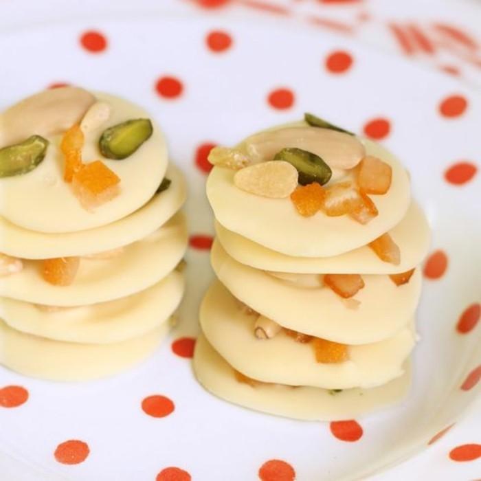 mendiant-au-chocolat-blanc-assiette-blanche-a-pois-rouges