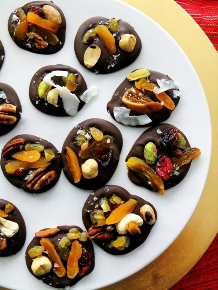 mendiant-au-chocolat-plusieurs-fruits-et-nouaux-dessert-gourmand