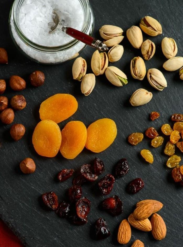 mendiant-chocolat-abricot-raisins-pistaches-sel-de-mer