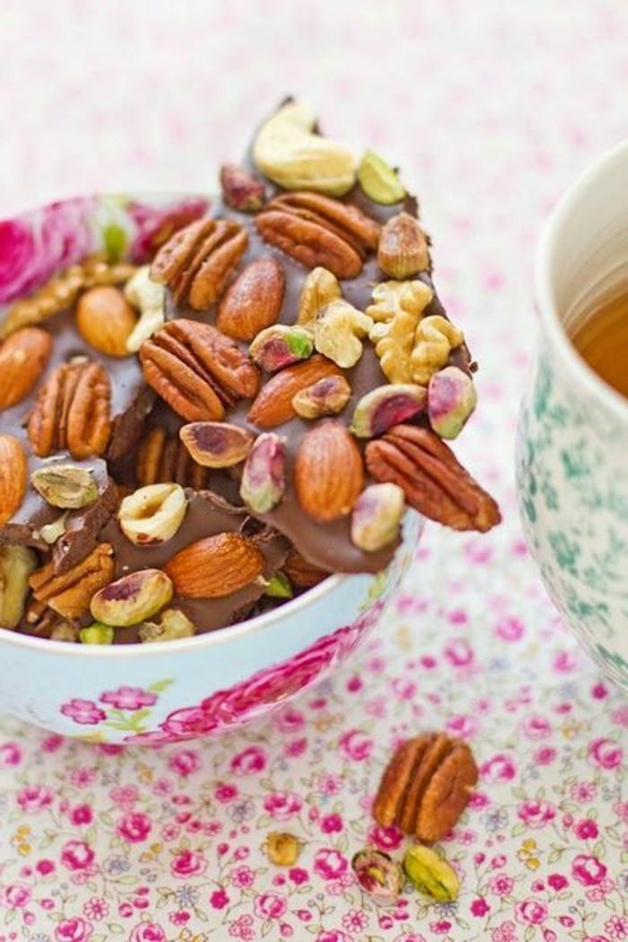 mendiant-chocolat-mendiants-parsemes-de-noix-et-de-fruits