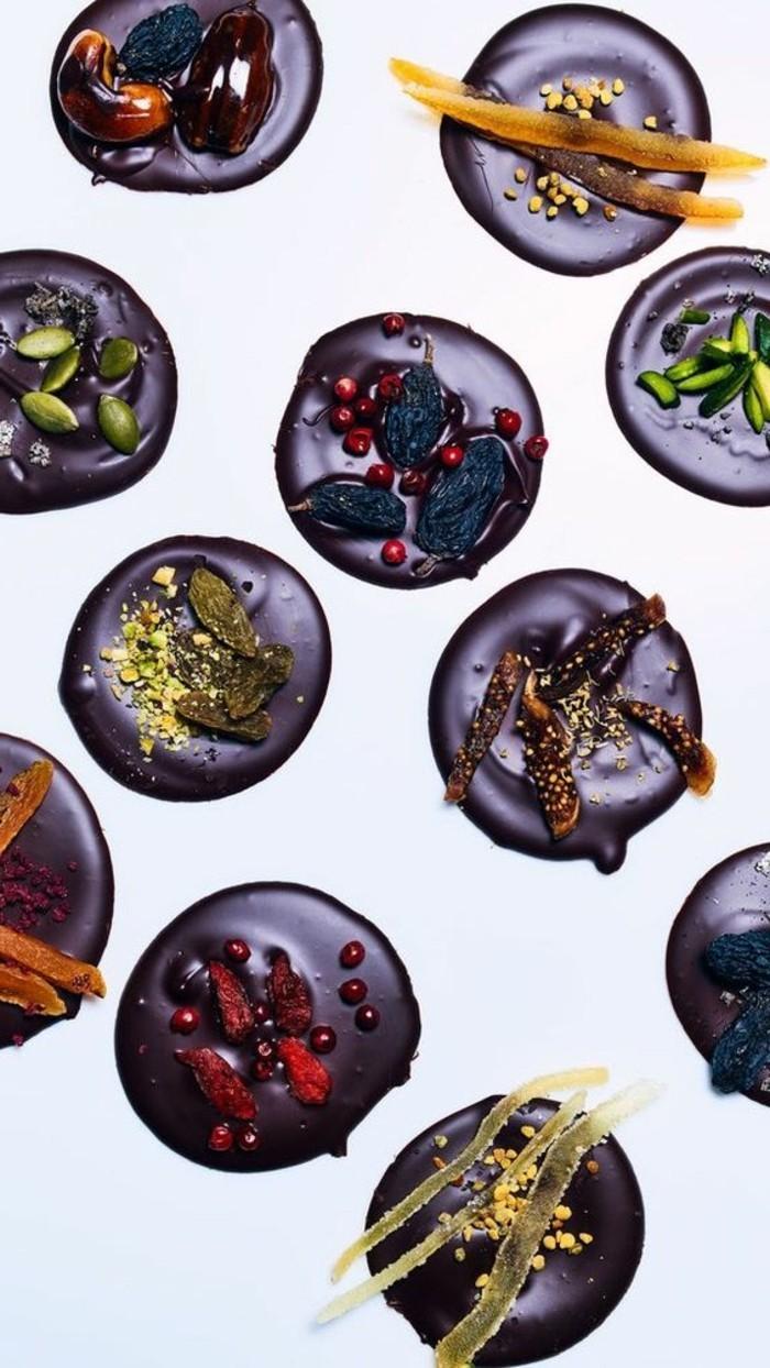 mendiant-chocolat-raisins-figues-noix-myrtilles-dessert-elegant