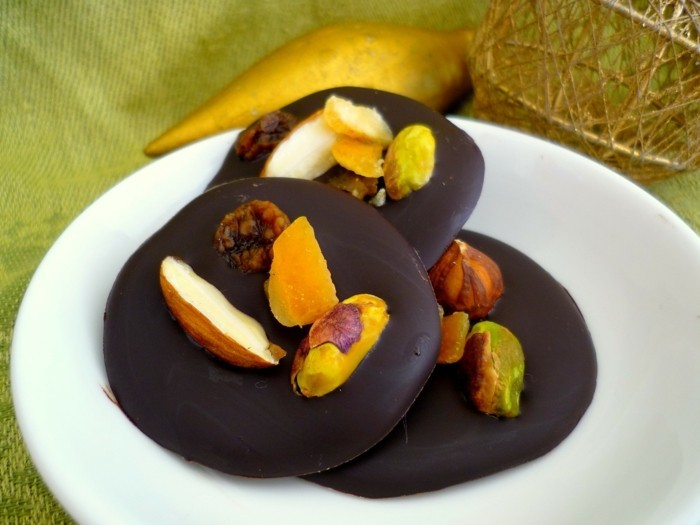 mendiants-au-chocolat-gourmandies-fruits-confits-et-amandes