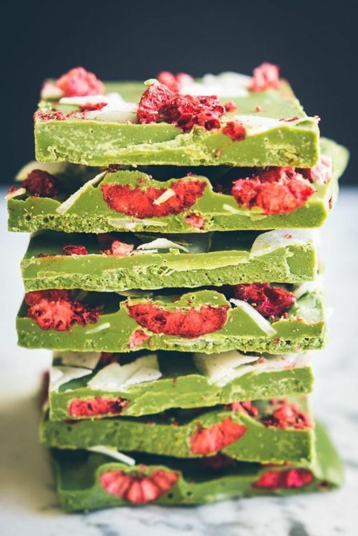 mendiants-au-chocolat-vert-aux-framboises-ou-fraises