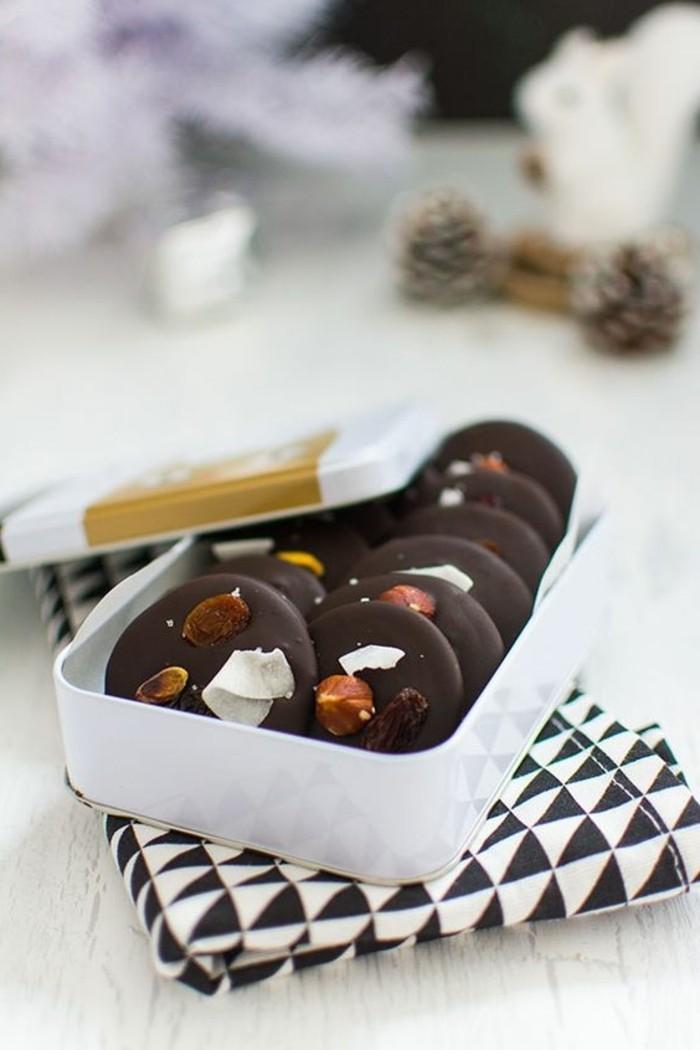 mendiants-chocolat-dans-une-belle-assiette-blanche-nappe-print-geometrique