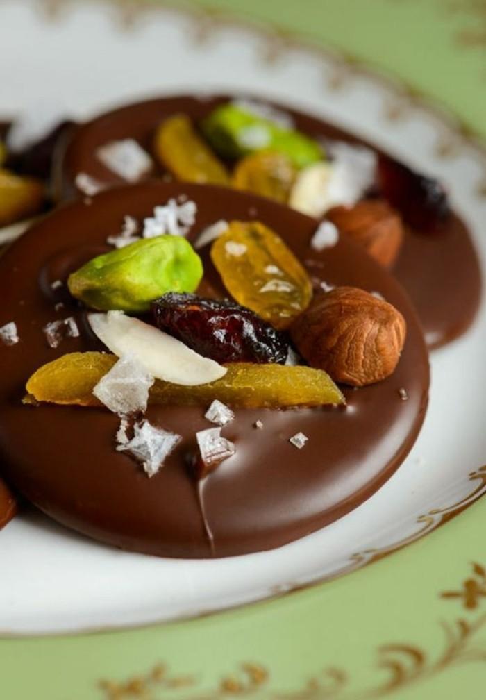 mendiants-chocolat-disques-de-chocolat-aux-fruits-en-couleurs-différentes