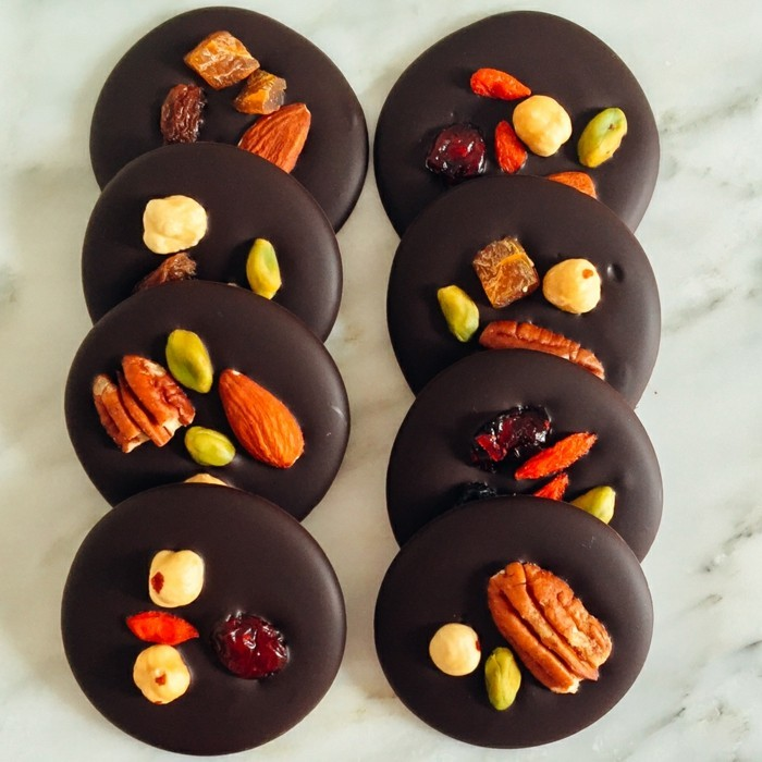 mendiants-chocolat-petits-cookies-rondes-au-chocolat-et-noix