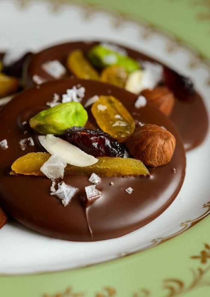 mendiants-chocolat-pistaches-amandes-et-noisettes-tradition-de-noel
