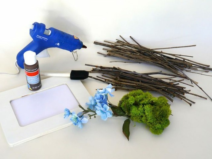 meteriaux-necessaires-pour-fabriquer-un-cadre-photo-pistolet-a-colle-peinture-cadre-mousse-fleurs