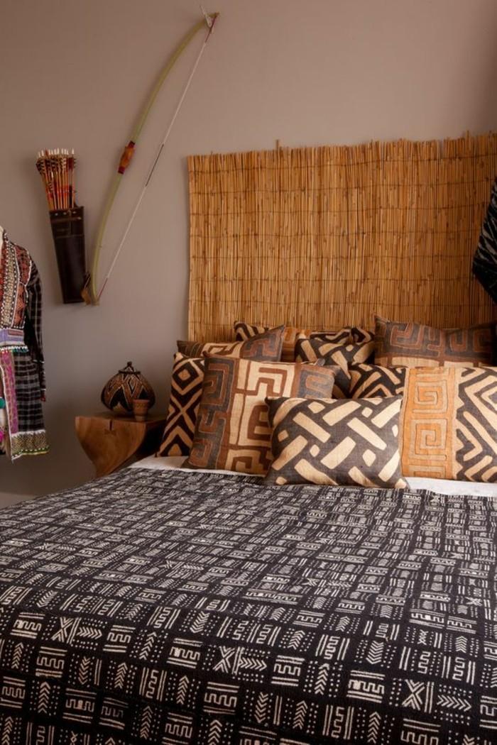 meuble-africain-coussins-decoratifs-couverture-ethniques-tenture-murale-en-paille