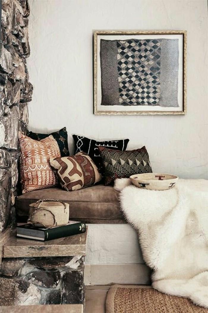 meuble-africain-coussins-en-elements-ethniques-panier-en-paille